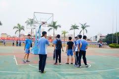 Estudiantes chinos de la High School secundaria que juegan a baloncesto Imágenes de archivo libres de regalías