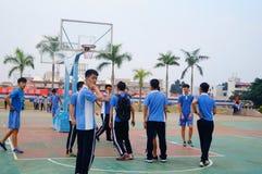 Estudiantes chinos de la High School secundaria que juegan a baloncesto Foto de archivo