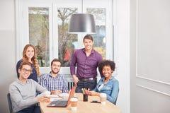 Estudiantes como equipo multicultural del negocio fotos de archivo libres de regalías