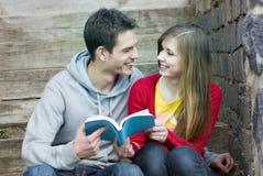 Estudiantes con el libro Imagen de archivo
