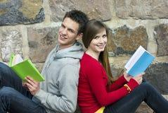 Estudiantes con el libro Foto de archivo libre de regalías