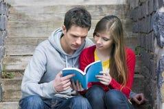 Estudiantes con el libro Foto de archivo