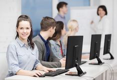 Estudiantes con el monitor de computadora en la escuela Fotografía de archivo libre de regalías