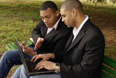 Estudiantes con la computadora portátil Imagen de archivo