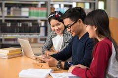 Estudiantes con la tableta digital Imagen de archivo