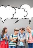 Estudiantes con las burbujas del discurso contra fondo gris Foto de archivo libre de regalías