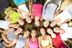 Estudiantes con las pistas en un círculo Foto de archivo libre de regalías