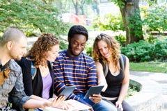 Estudiantes con las tabletas Imagen de archivo