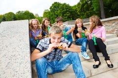 Estudiantes con los alimentos de preparación rápida Fotografía de archivo libre de regalías