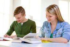 Estudiantes con los libros de texto y los libros en la escuela Foto de archivo