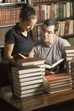 Estudiantes con los libros - vertical Imágenes de archivo libres de regalías