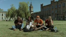 Estudiantes con los teléfonos móviles que se ignoran metrajes