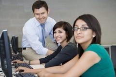 Estudiantes con profesor In Computer Lab Fotografía de archivo