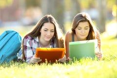 Estudiantes concentrados que estudian notas de la lectura Imagenes de archivo
