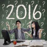 Estudiantes confusos con los números 2016 Imagen de archivo libre de regalías