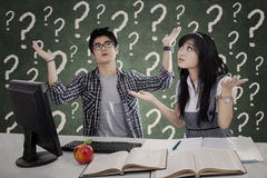 Estudiantes confusos que tienen preguntas Fotografía de archivo