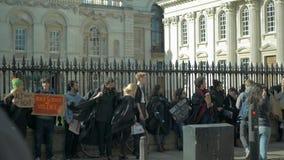 Estudiantes contra racismo Protesta del antirracismo en el centro de la ciudad de Cambridge almacen de video