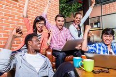 Estudiantes creativos con las aspiraciones que tienen éxito imagen de archivo libre de regalías