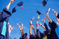 Estudiantes de diplomados de High School secundaria imagenes de archivo