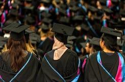Estudiantes de graduación en la ceremonia de la universidad imagen de archivo