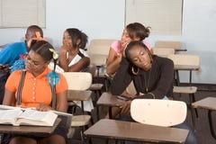 Estudiantes de Highschool que ensucian en clase durante rotura Imágenes de archivo libres de regalías
