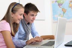 Estudiantes de Highschool que trabajan en el ordenador Foto de archivo libre de regalías