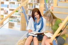 Estudiantes de la biblioteca de la High School secundaria que se sientan en las escaleras Fotografía de archivo libre de regalías