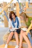 Estudiantes de la biblioteca de la High School secundaria que se sientan en las escaleras Fotografía de archivo