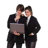 Estudiantes de la elegancia con el ordenador portátil. Fotos de archivo libres de regalías
