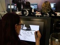 Estudiantes de la escuela de artes digital en el escritorio fotografía de archivo libre de regalías