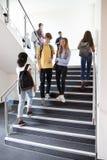 Estudiantes de la escuela secundaria que caminan en las escaleras entre las lecciones en el edificio ocupado de la universidad fotografía de archivo