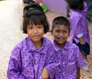 Estudiantes de la guardería en una escuela pública musulmán en una zona rural Foto de archivo libre de regalías