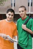 Estudiantes de la High School secundaria en campus de la universidad Fotografía de archivo