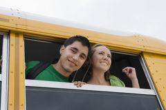Estudiantes de la High School secundaria en un autobús Imagen de archivo libre de regalías