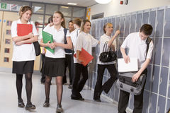 Estudiantes de la High School secundaria por los armarios foto de archivo libre de regalías
