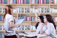 Estudiantes de la High School secundaria que aprenden en biblioteca Imagenes de archivo