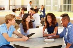 Estudiantes de la High School secundaria que cuelgan hacia fuera en campus Imágenes de archivo libres de regalías