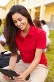 Estudiantes de la High School secundaria que estudian al aire libre en campus Imagen de archivo libre de regalías