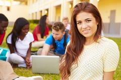 Estudiantes de la High School secundaria que estudian al aire libre en campus Fotos de archivo libres de regalías