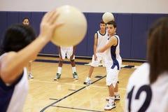 Estudiantes de la High School secundaria que juegan la bola de Dodge en gimnasio Foto de archivo