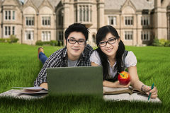Estudiantes de la High School secundaria que mienten en la hierba 1 Fotos de archivo libres de regalías