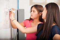 Estudiantes de la High School secundaria que solucionan problema Foto de archivo libre de regalías