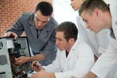 Estudiantes de la informática que aprenden de profesor Fotografía de archivo