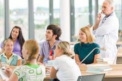 Estudiantes de la medicina con el profesor en sala de clase Fotografía de archivo libre de regalías