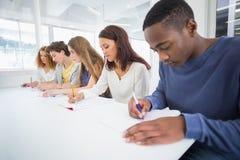 Estudiantes de la moda que toman notas en clase Imagen de archivo