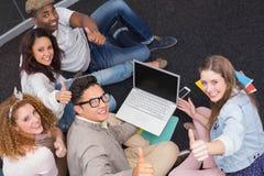 Estudiantes de la moda que trabajan en equipo Foto de archivo libre de regalías