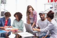 Estudiantes de la moda que trabajan en equipo Imagen de archivo libre de regalías