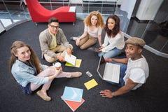 Estudiantes de la moda que trabajan en equipo Foto de archivo