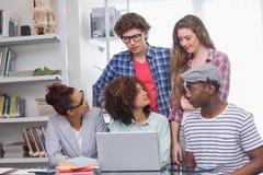 Estudiantes de la moda que trabajan en equipo Imágenes de archivo libres de regalías