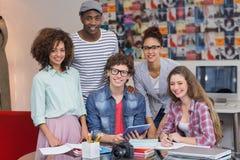 Estudiantes de la moda que trabajan en equipo Imagenes de archivo